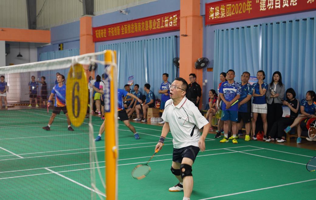 椰视频耗咎浚垦集团2020年第四届职工羽毛球比赛开赛 23支队伍展开角逐